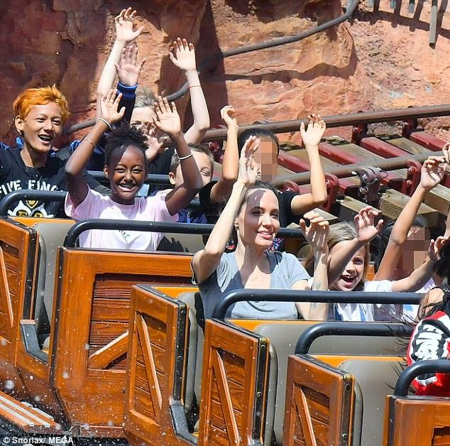 Angelina Jolie đưa các con đi chơi ở Disneyland, Anaheim, California, Mỹ ngày 27/5 vừa qua