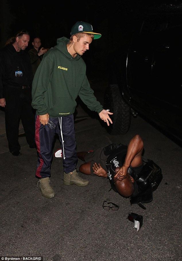 Justin Bieber lái xe rời nhà thờ Hillsong ở Los Angeles ngày 26/7 vừa qua và vô tình va quệt vào 1 thợ săn ảnh khiến anh này bị thương nhẹ ở chân