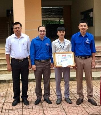 Với hành động dũng cảm của mình, em Nguyễn Văn Long được nhà trường và Đoàn thanh niên Thị xã Thái Hòa tặng Bằng khen.