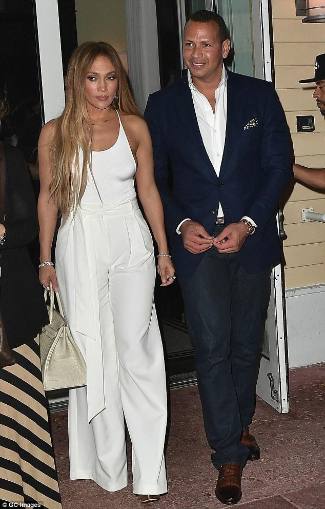 Jennifer Lopez, 48 tuổi và bạn trai Alex Rodriguez, 41 tuổi sánh đôi đi ăn tối tại Miami ngày 24/7 vừa qua