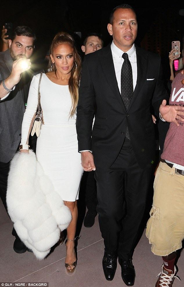 Jennifer Lopez sánh đôi bạn trai trẻ Alex Rodriguez tới xem trận quyền anh thế kỷ giữa Mayweather và McGregor ngày 27/8 vừa qua