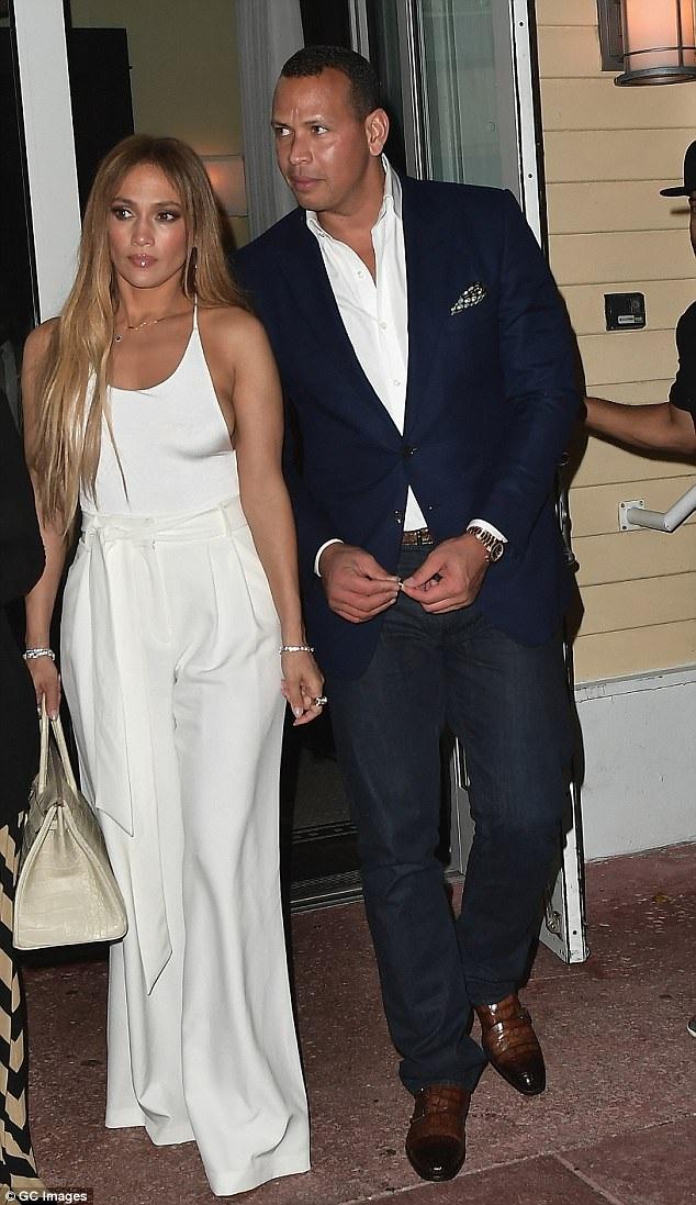 Cựu sao bóng chày Alex Rodriguez hộ tống bạn gái trong những chuyến đi lưu diễn và làm từ thiện của cô