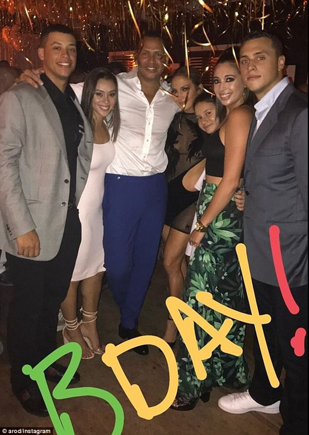 Jennifer Lopez hạnh phúc đón tuổi 48 bên bạn trai và các người thân trong gia đình.