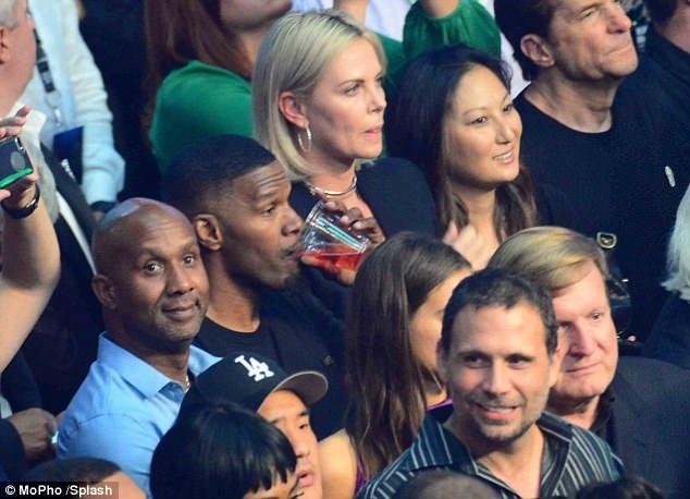 Jamie Foxx ngồi kế bên Charlize Theron