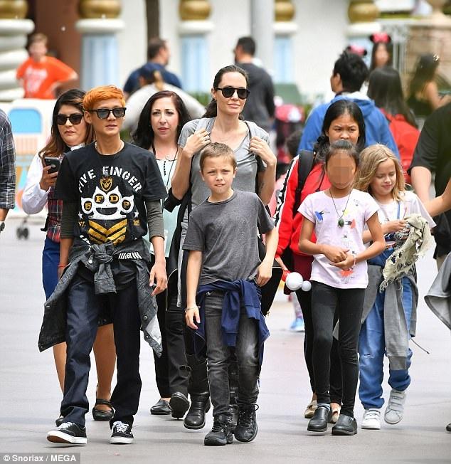 Jolie đi cùng bốn đứa con và vệ ỹ, trợ lý