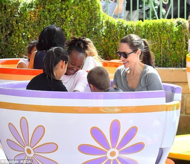 Công viên Disney cũng cử người hướng dẫn gia đình này để 5 mẹ con có thể khám phá những nơi thú vị nhất