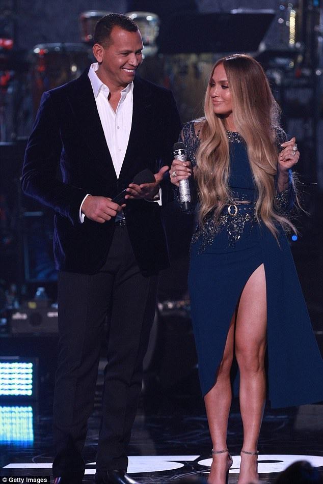 Jennifer Lopez được bạn trai kém tuổi Alex Rodriguez hộ tống dự sự kiện