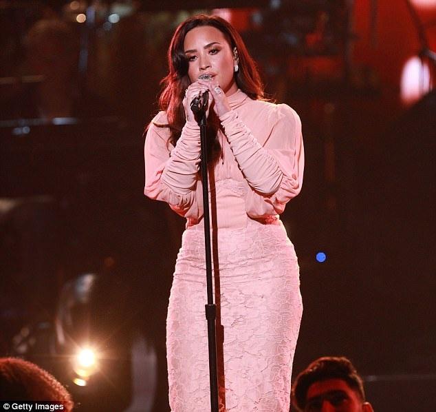 Demi Lovato thanh lịch trên sân khấu