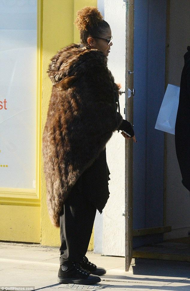 Trái với hình ảnh bốc lửa trước đây, Janet Jackson hiện tại rất kín đáo và giản dị