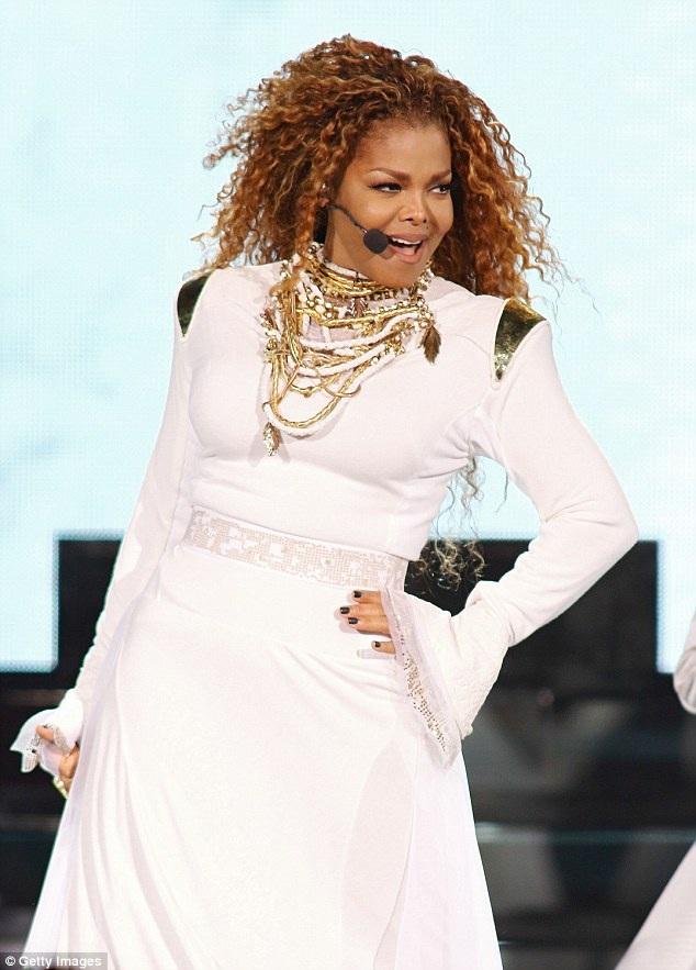 Em gái Michael Jackson tạm dừng mọi công việc để chăm sóc con trai nhỏ. Bạn bè Janet tiết lộ, cô đang ngập tràn hạnh phúc và chỉ quan tâm tới cậu con bé bỏng mà thôi