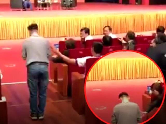 Hành động quỳ lạy của chàng trai Đắk Lắk khiến khán giả sửng sốt