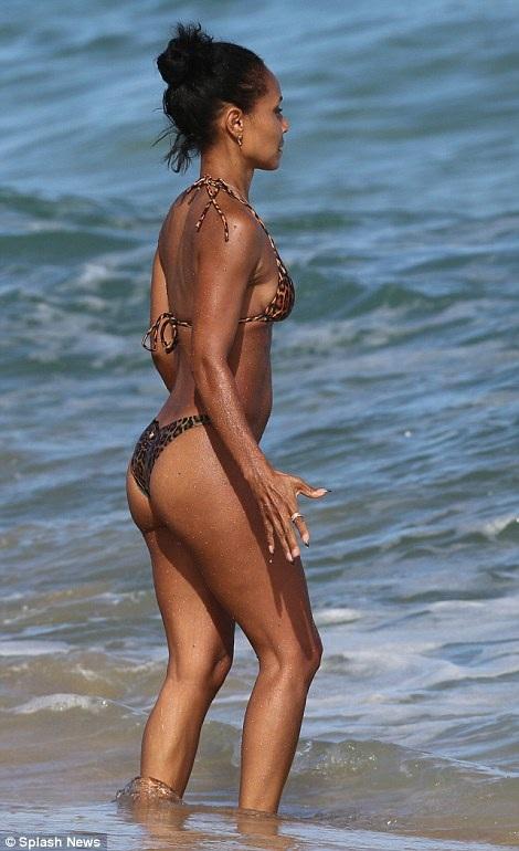 Sáng sớm, Jada Pinkett Smith đã ra biển tập thể dục cùng huấn luyện viên riêng