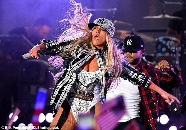 Jennifer Lopez bốc lửa trên sân khấu với váy ngắn và vũ đạo sexy - 4