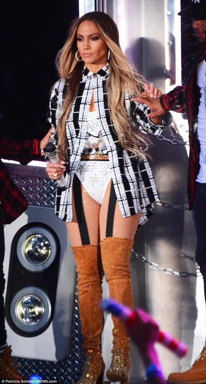 Jennifer Lopez bốc lửa trên sân khấu với váy ngắn và vũ đạo sexy - 6