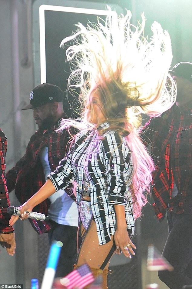 Jennifer Lopez bốc lửa trên sân khấu với váy ngắn và vũ đạo sexy - 8