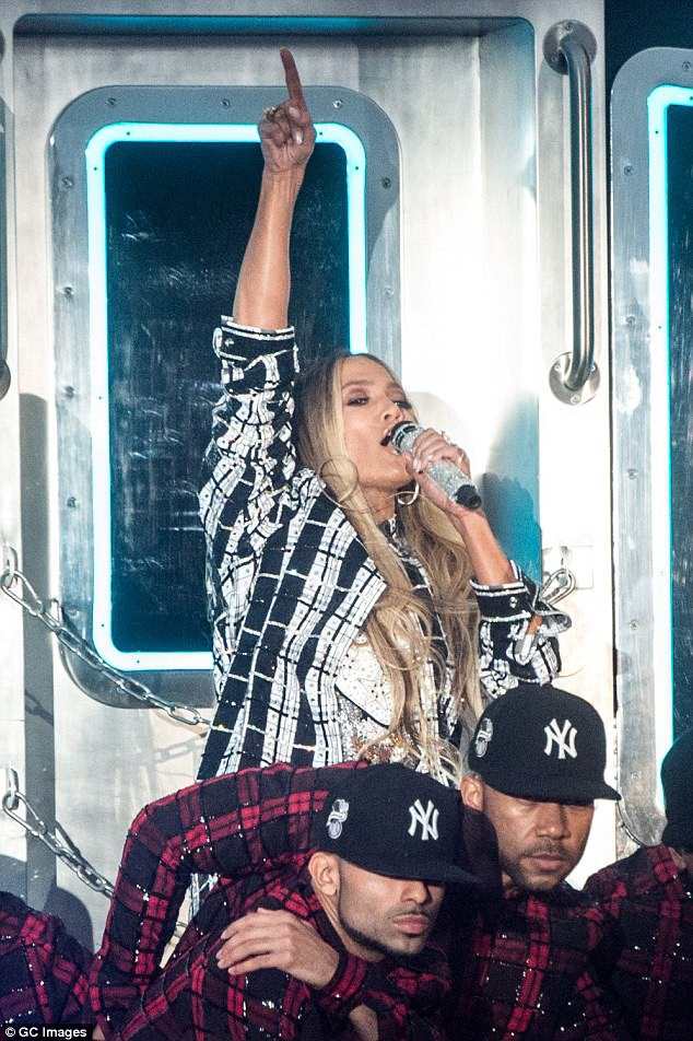 Jennifer Lopez trình diễn tại New York, ngày 1/7 trong bộ đồ liền ôm sát gợi cảm.