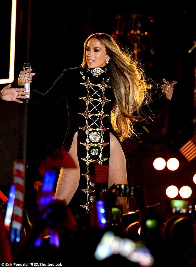 Jennifer Lopez bốc lửa trên sân khấu với váy ngắn và vũ đạo sexy - 11