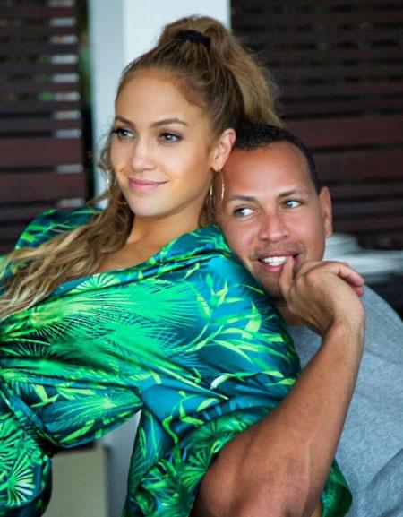 Jennifer Lopez và Alex Rodriguez công khai hò hẹn từ tháng 3/2017.