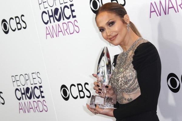 Jennifer Lopez giành giải với vai diễn trong phim Shades of Blue tại lễ trao giải Peoples Choice tổ chức tại Los Angeles, California, Mỹ ngày 19/1 vừa qua