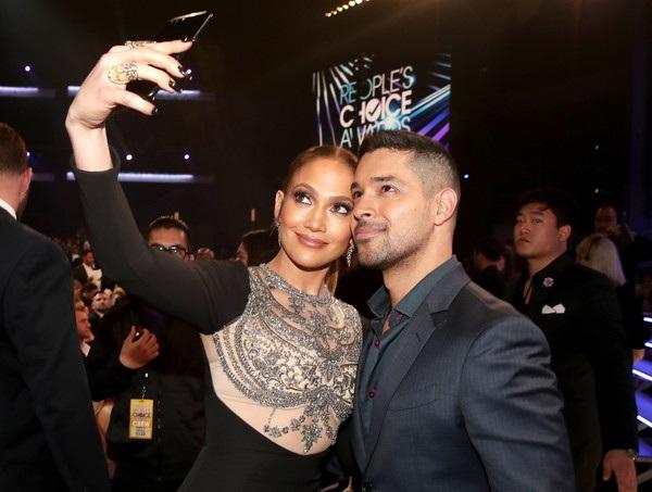 Jennifer Lopez lại dành thời gian chụp hình tự sướng cùng đàn em Wilmer Valderama