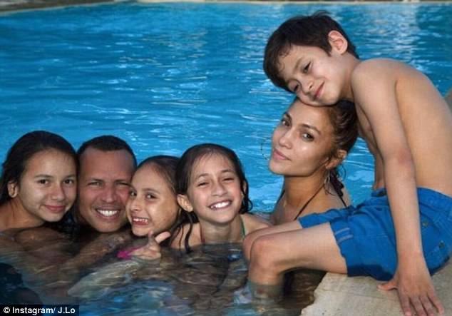 Cuối tuần vừa rồi, Jennifer còn khoe ảnh cô và bạn trai bên bốn con riêng của họ trong kỳ nghỉ ở Miami.