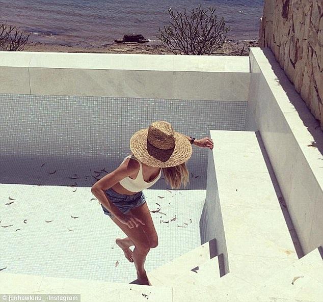 Hoa hậu dồn nhiều tâm sức cho ngôi nhà mới, cô đích thân đi kiểm tra công trình xây dựng mỗi ngày - trong ảnh, người đẹp Úc đang xem xét bể bơi của ngôi nhà