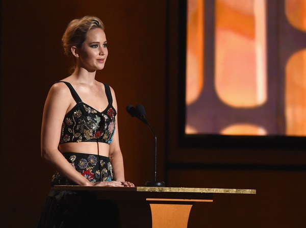 Jennifer xinh đẹp trong bài phát biểu trên sân khấu