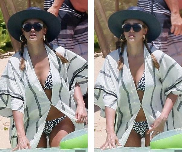 Nữ diễn viên 36 tuổi vẫn diện áo tắm hai mảnh và không ngại để lộ vòng hai đã tăng lên đáng kể.