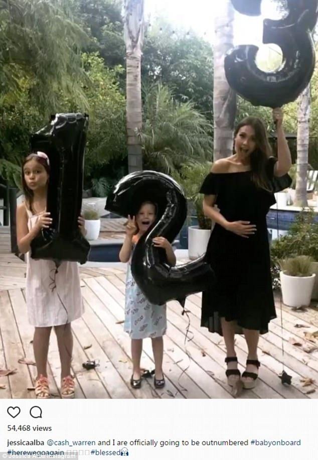 Jessica thông báo mình đang mang thai lần thứ ba trong một bức ảnh đăng tải trên trang Instagram của cô.