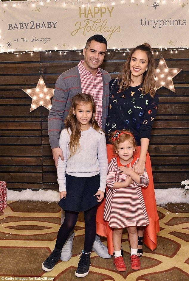 Vợ chồng Jessica Alba hạnh phúc bên hai cô con gái.