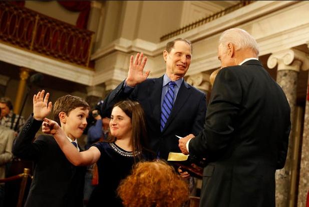 Ông Biden, người cũng là Chủ tịch Thượng viện Mỹ, đã chủ trì lễ tuyên thệ nhậm chức cho các thượng nghị sĩ mới trúng cử và tái đắc cử khi Quốc hội Mỹ khóa 115 khai mạc hôm 3/1. (Anhr: Getty)