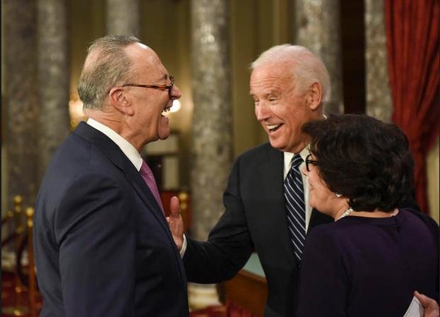 Ông Biden trò chuyện cùng Thủ lĩnh phe Dân chủ tại Thượng viện Chuck Schumer và vợ ông, bà Iris Weinshall (Ảnh: AP)