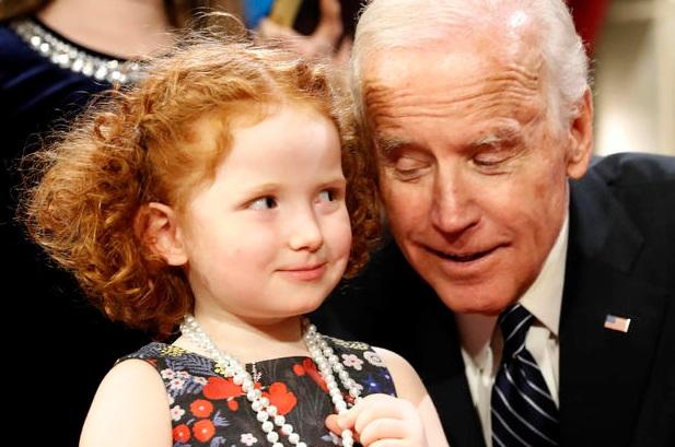 Điệu bộ đáng yêu của bé gái Scarlett Willa Wyden khi đứng cạnh Phó tổng thống Mỹ (Ảnh: AP)