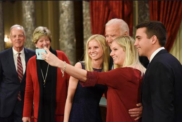 Phó tổng thống Mỹ chụp ảnh selfie cùng các thành viên gia đình Thượng nghị sĩ Jerry Moran (Ảnh: AP)