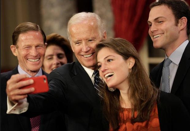Ông Biden chụp ảnh tự sướng cùng gia đình Thượng nghị sĩ Richard Blumenthal (Ảnh: Reuters)