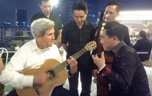 Đại sứ Mỹ chơi đàn ghi-ta tại thành phố Hồ Chí Minh (Ảnh: Đại sứ Mỹ)