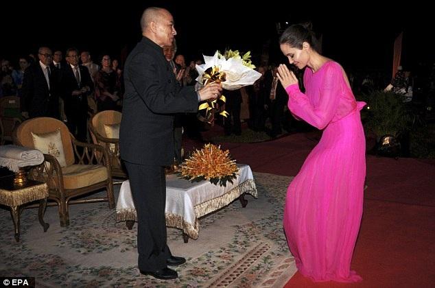 Angelina Jolie được quốc vương Norodom Sihamoni tặng hoa trong sự kiện buổi tối cùng ngày