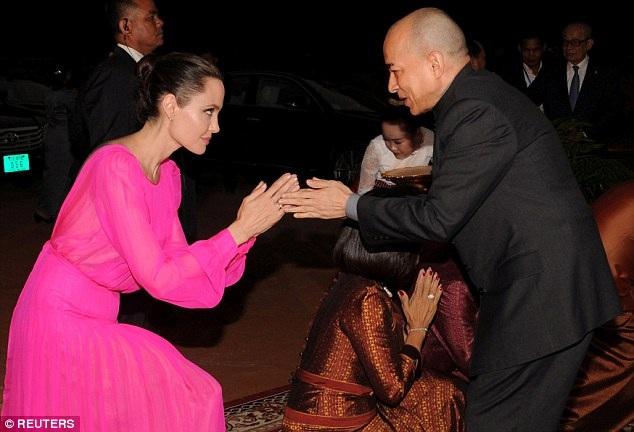 Nữ minh tinh diện bộ váy hồng rực rất nữ tính.