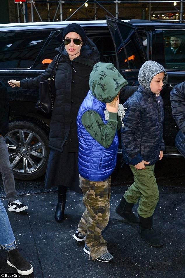 Angelina Jolie giữ ấm với áo phao siêu dày và mũ len. Pax Thiên vừa đón sinh nhật lần thứ 14 vào tháng 11 vừa rồi và Brad Pitt không được mời tới dự tiệc sinh nhật của cậu. Được biết, đây là một trong những điều khoản ly hôn giữa Brad Pitt và Angelina Jolie.