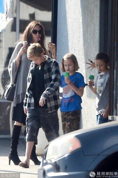 Cô con gái ruột Shiloh và cặp sinh đôi đi cùng Angelina Jolie trong chuyến đi này.