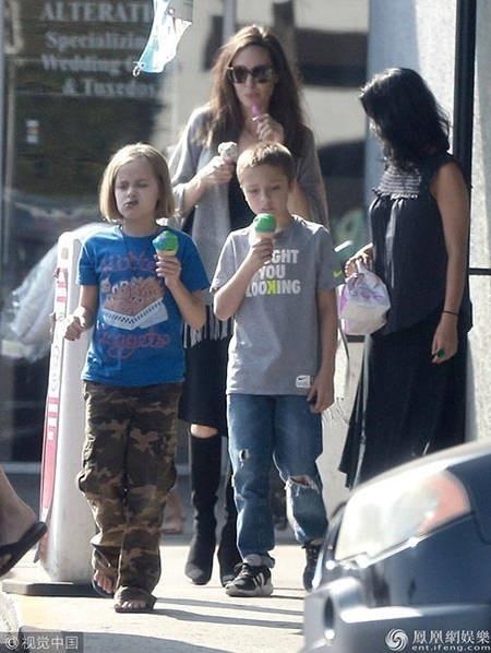Nữ diễn viên nổi tiếng tranh thủ thưởng thức một ly kem mát lạnh giống các con. Cặp sinh đôi của Jolie càng lớn càng đáng yêu và xinh đẹp.