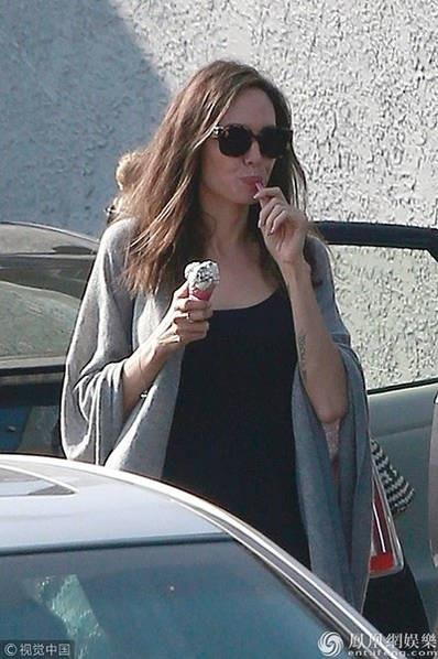 Nữ diễn viên 42 tuổi từng thừa nhận cuộc sống của cô đã rất khó khăn sau khi cô quyết định ly dị Brad Pitt. Cô từng suy nghĩ và bị bệnh liệt cơ mặt trong suốt 1 năm qua. Tuy nhiên, sau 1 năm ly thân Brad Pitt, cuộc sống của Angelina Jolie giờ đây đã tốt hơn.