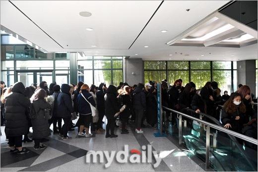 Fan xếp hàng để được vào nói lời chia tay Jong Hyun. Trong mắt đồng nghiệp và người hâm mộ, nam ca sĩ kiêm nhạc sĩ 27 tuổi là người giàu nghị lực, tự tin và luôn vui vẻ.