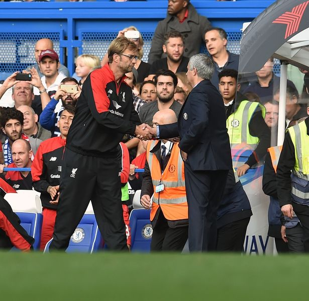 Klopp (trái) tỏ ra thông cảm với Mourinho sau chiến tháng ở Stamford Bridge
