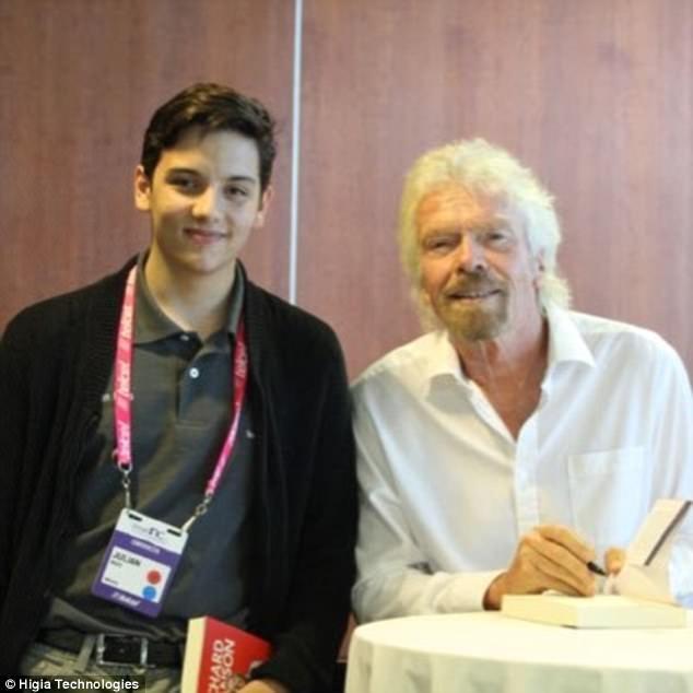 Julian Rios Cantu, 18, (chụp với Richard Branson) đã dành chiến thắng 20,000 $ để tiếp tục phát triển ý tưởng của mình.