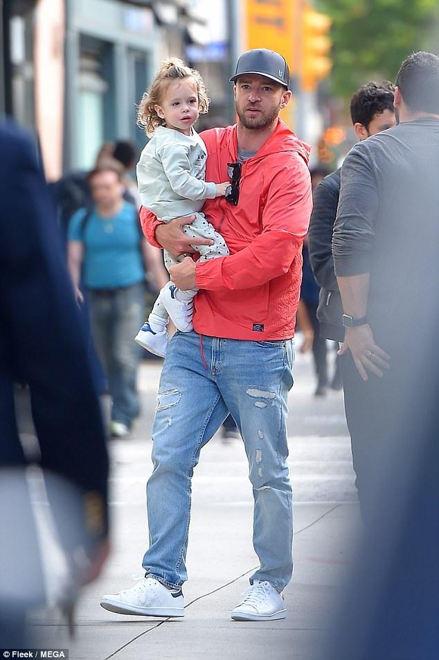 Justin Timberlake xuất hiện trên đường phố New York cùng con trai Silas ngày 25/5 vừa qua