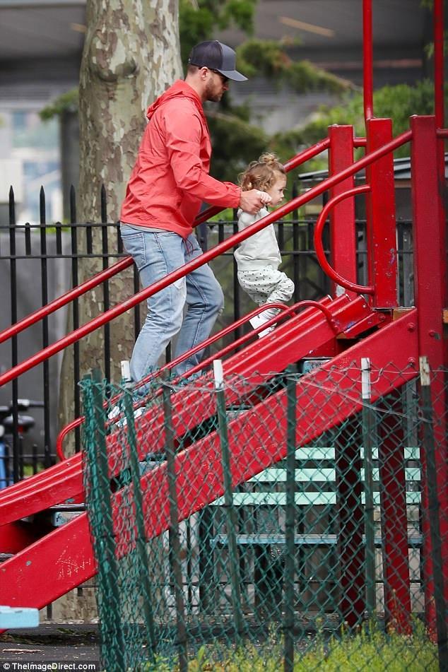 Nam ca sỹ giành nhiều giải Grammy đưa con đi chơi tại công viên