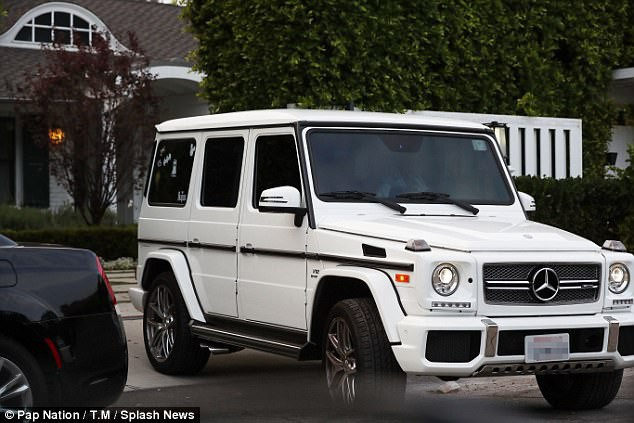Sáng thứ hai 30/10, Justin bị bắt gặp rời khỏi nhà của Selena Gomez.