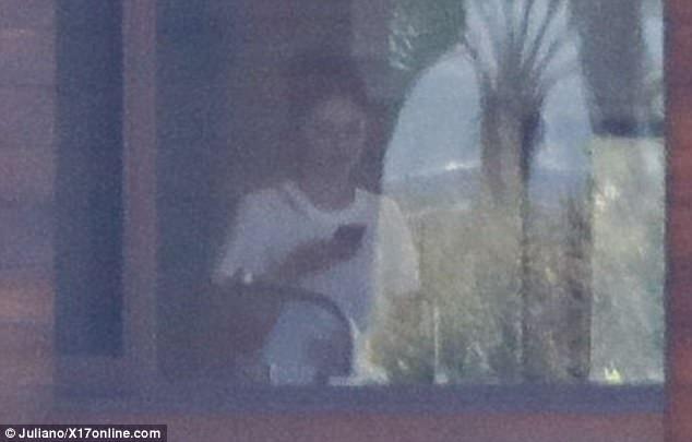 ...Selena Gomez có mặt trong nhà của bạn trai cũ.