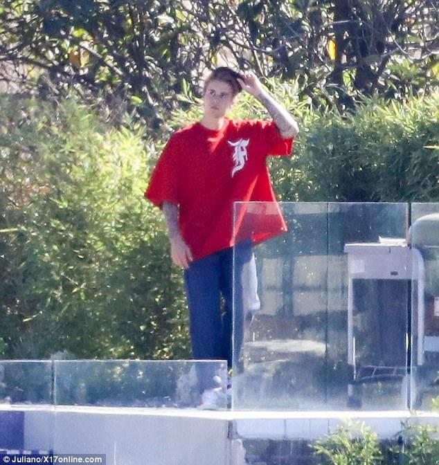 Justin xuất hiện tại nhà riêng...